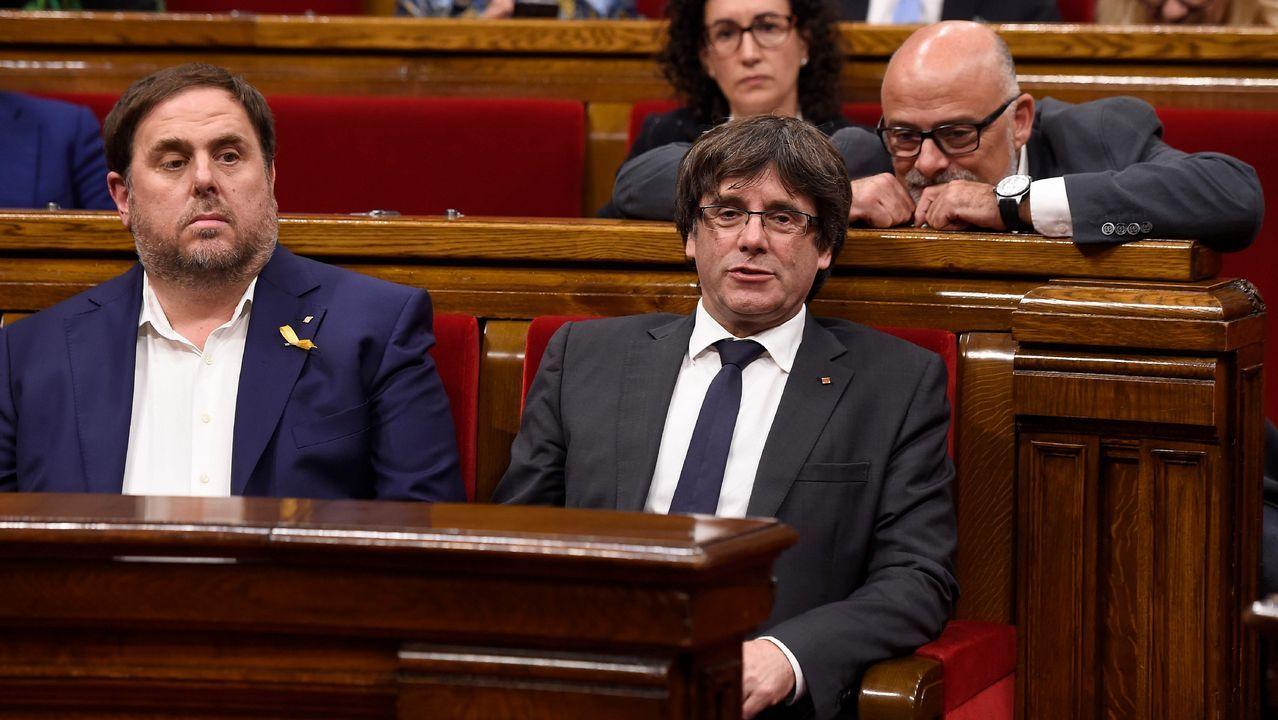Así ha sido el pleno del Parlament.Rajoy, a la salida del restaurante donde pasó la tarde, mientras en el Congreso los grupos de la oposición debatían la moción de censura contra él