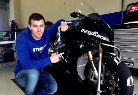 Dani Rivas posando con su nueva moto, la BMW de 1000 cc.