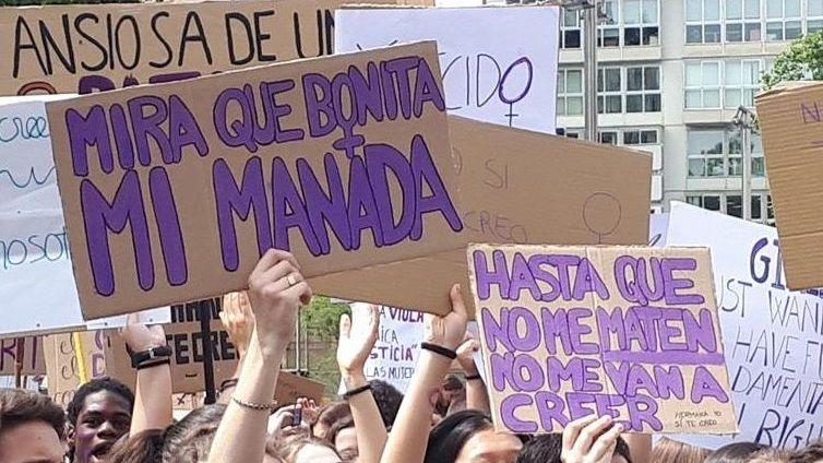 La Audiencia Provincial de Oviedo continua hoy el juicio por las presuntas irregularidades contables en el Centro Niemeyer de Avilés. En la imagen, el exjefe de producción del complejo cultural Marc Martí (3i), el exagente de viajes José María Vigil (4i), el exdirector general de la Fundación Niemeyer, Natalio Grueso (1i), su exesposa, Judit Pereiro (2i) y uno de los testigos (1d)