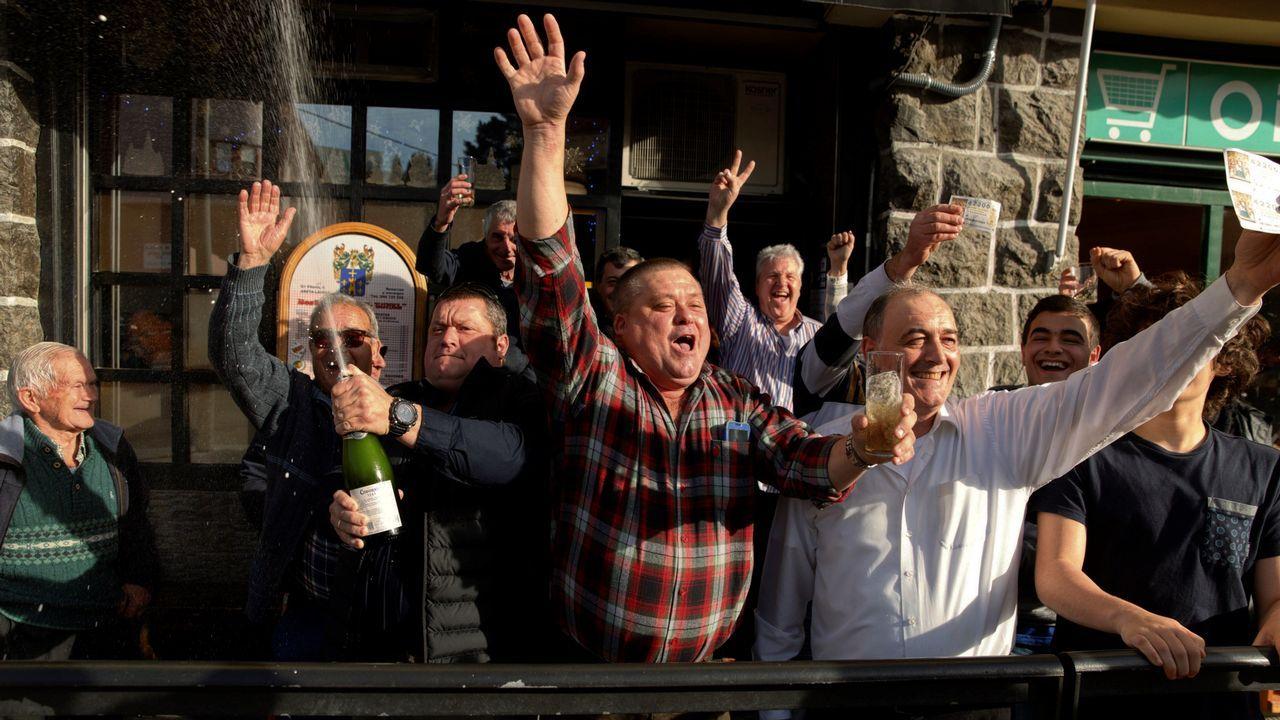 Clientes del bar El Túnel del barrio de Areta, en la localidad alavesa de Llodio, celebran el cuarto premio del sorteo extraordinario de la Lotería Nacional