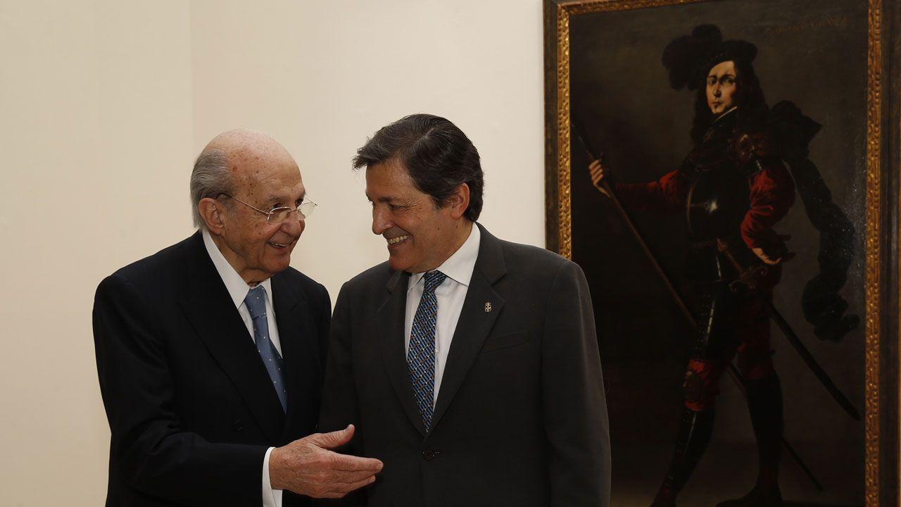 Plácido Arango y Javier Fernández ante «P. Bustos de Lara», de Zurbarán, en el museo de Bellas Artes de Asturias