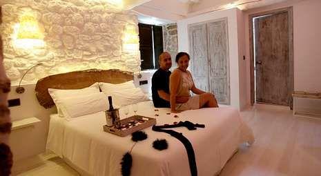 Antón y Mari Luz promueven un paquete de estancia con kit erótico incluido.