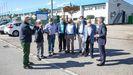 El alcalde, Manuel Lopes, le muestra el parque a los empresarios