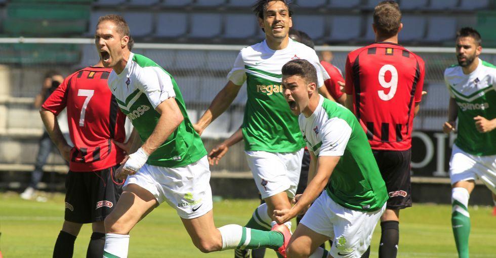 Dani Rodríguez corre eufórico tras Nano para celebrar el 1-0 anotado por el futbolista coruñés en el minuto 24 del partido.