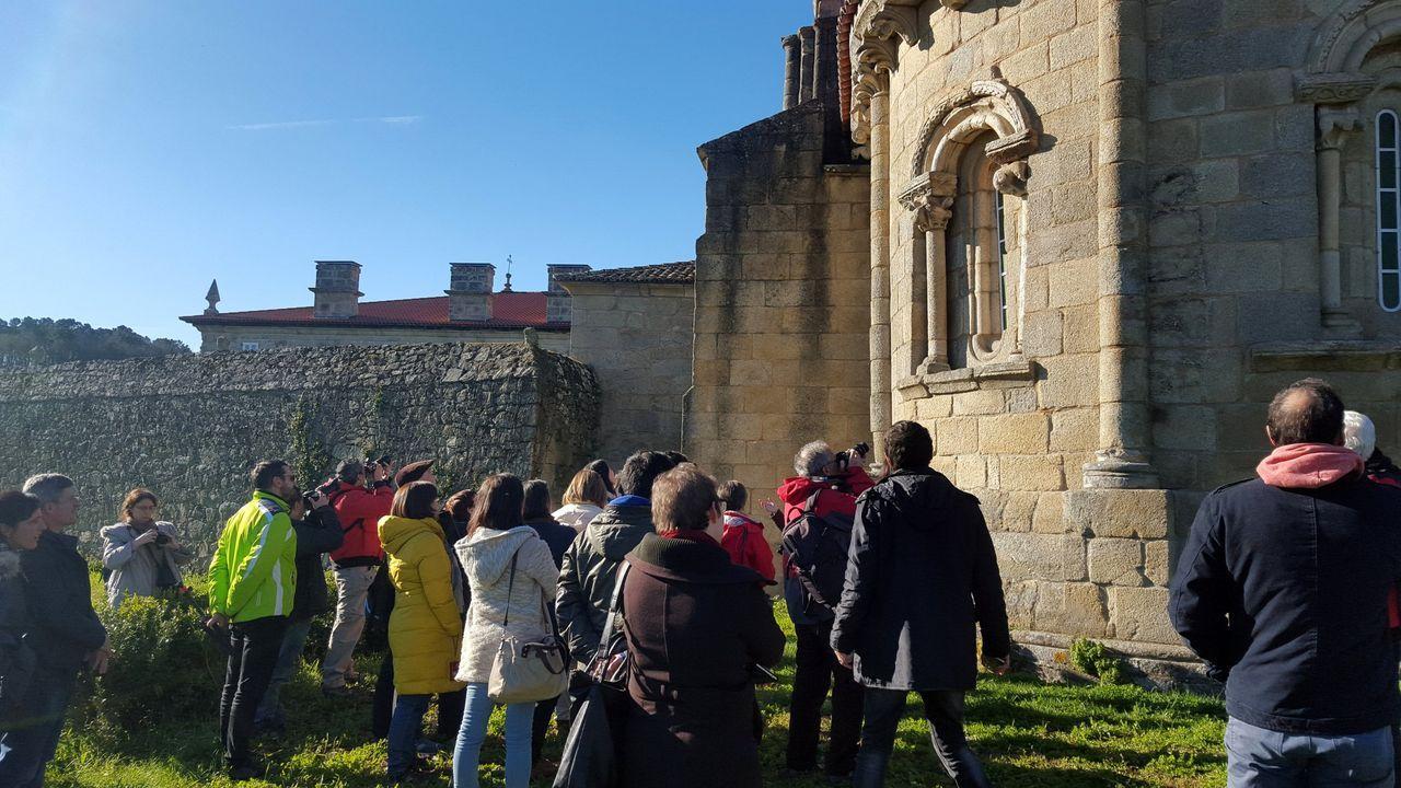 Una visita guiada en el exterior de la iglesia románica del monasterio de las Bernardas de Pantón, en una fotografía de archivo