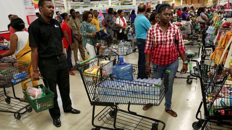 Jamaicanos haciendo acopio de alimentos