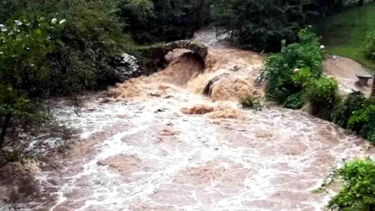 El agua, desbordada en el puente La Vallina (Llanes)