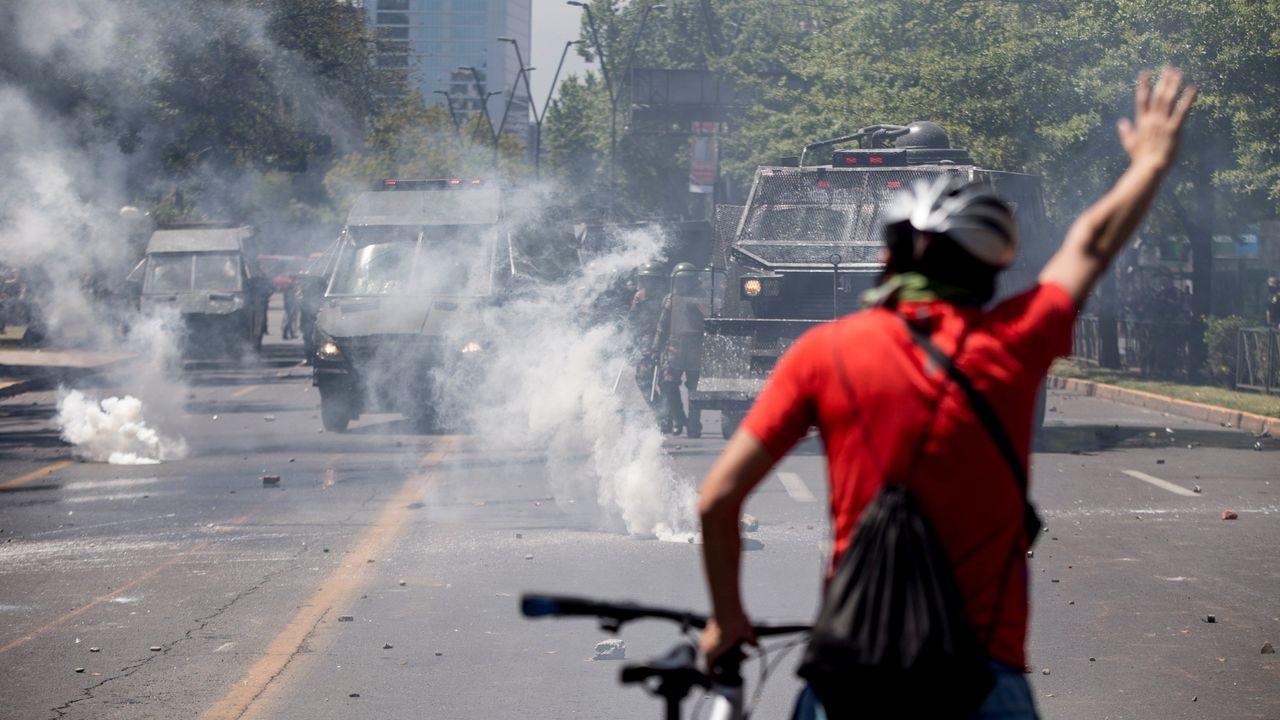 Las imágenes de la exhumación de Franco.La manifestación contra la desigualdad social transcurrió de forma pacífica en Santiago de Chile