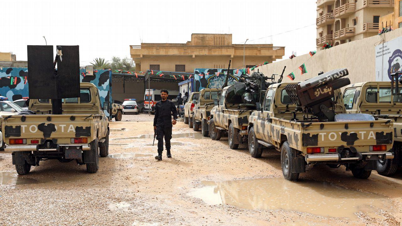Fuerzas del Gobierno libio apoyado por la ONU verifica los vehículos militares confiscados de las tropas verifican los vehículos incautados a las tropas del general Haftar