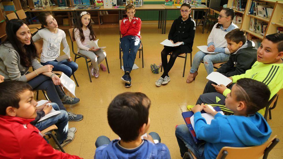 Un innovador centro educativo en Arousa.Taller de creación de disfraces ara el entroido en el que participan alumnos de todos los cursos de primaria creando robots