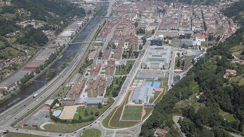 Vista aérea del campus universitario de Barredo, en Mieres, en la parte inferior derecha.Vista aérea del campus universitario de Barredo, en Mieres, en la parte inferior derecha