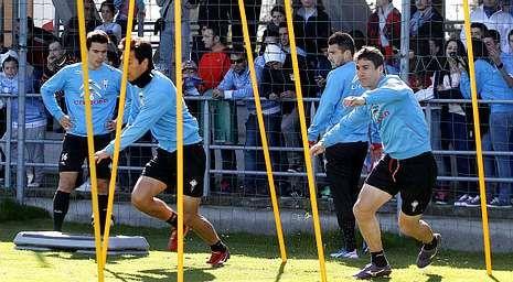 Caras largas en la llegada del equipo a Peinador.Mario Bermejo apunta a sustituto de Park en la punta del ataque del cuadro celeste.