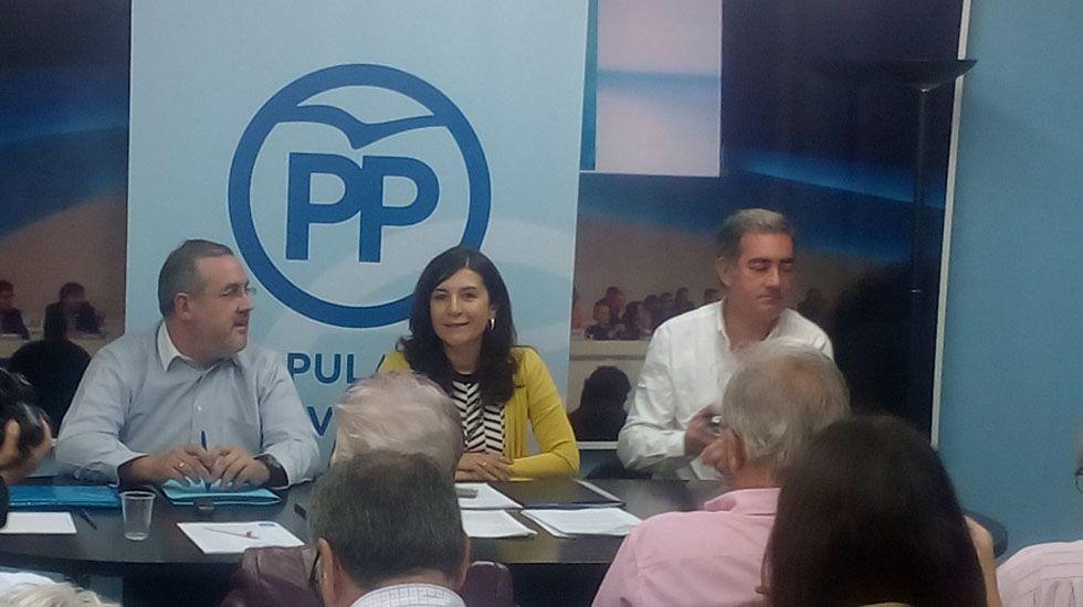 Mercedes Fernández conversa con las socias de Mujeres Siglo XXI en en Besullo (Cangas del Narcea).Junta local del PP de Avilés
