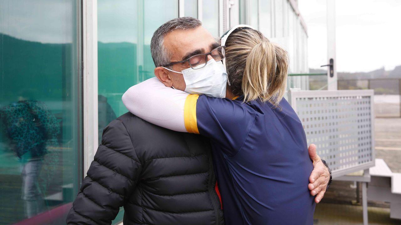 El entrenador de Teresa Portela la abraza después de conseguir el pase a sus sextos Juegos