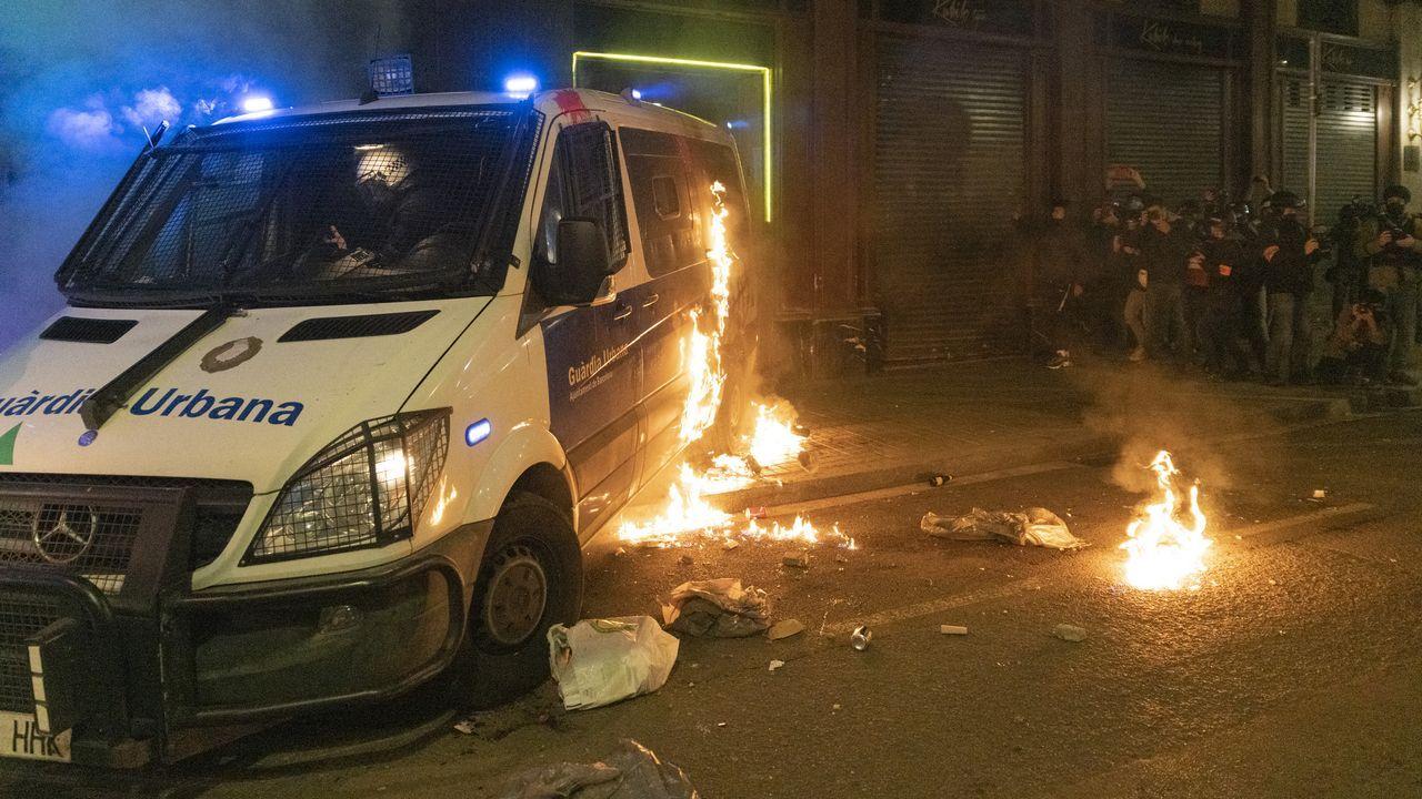 Momento en el que prenden fuego a un furgón policial con un agente en su interior