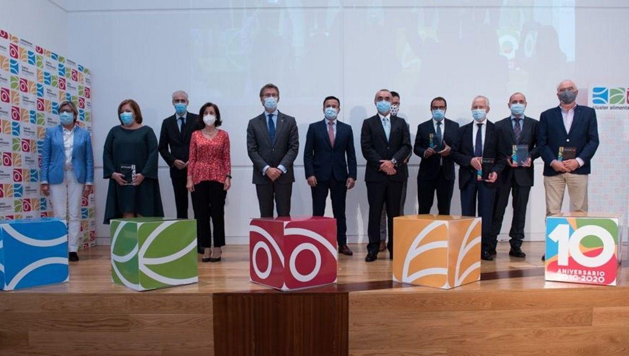 Foto de grupo de todos los premiados con el presidente de la Xunta y los organizadores
