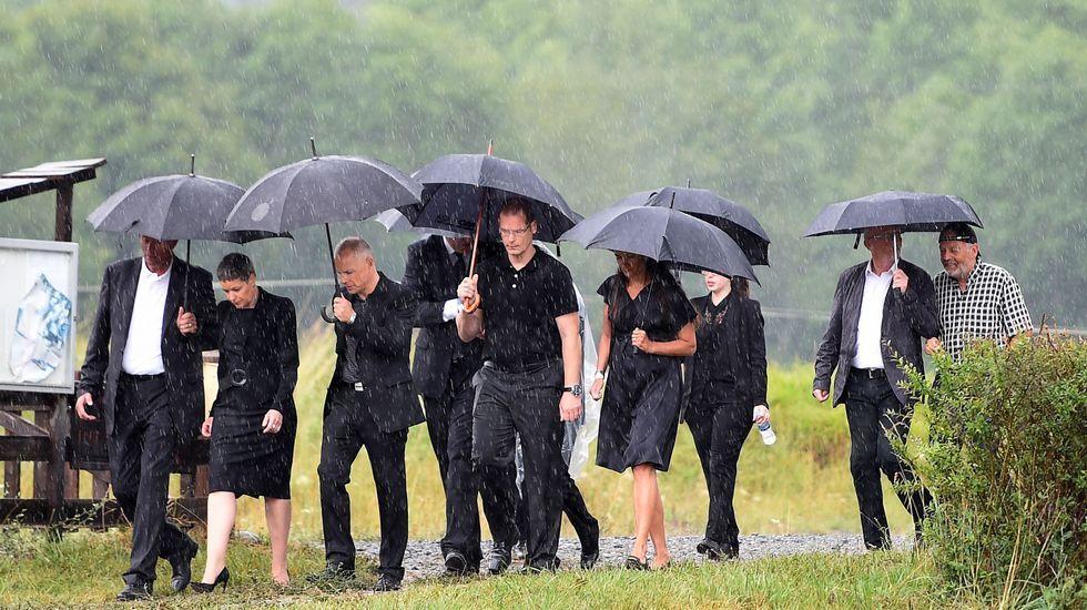 Familiares de los fallecidos en el accidente del avión de Germanwings durante una ceremonia celebrada en su recuerdo (Francia)