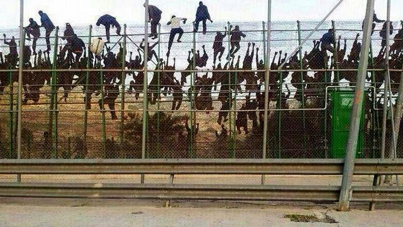 Asalto masivo a la valla.Imbroda y Vivas, durante la visita de ayer a la frontera melillense. .