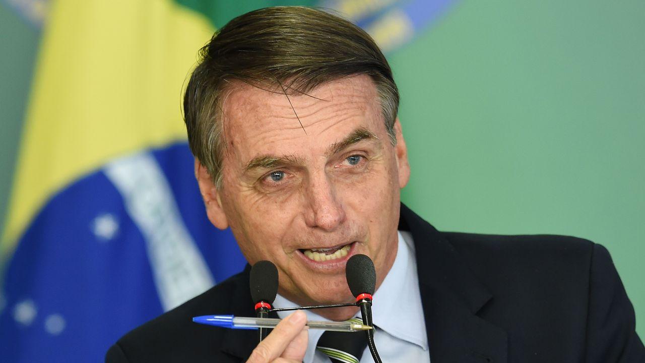 La rotura de una presa en Brasil sepulta a cientos de personas.El presidente de Brasil, Jair Bolsonaro, muestra el bolígrafo con el que firmó el decreto que flexibiliza el acceso a las armas en el país sudamericano