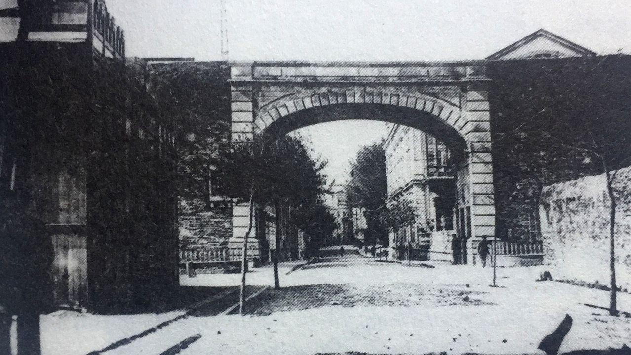 Gil Parrondo con su Óscar.A la izquierda el Lugo Salón, edificio de madera inaugurado en junio de 1911 en Bispo Aguirre, junto a la Muralla