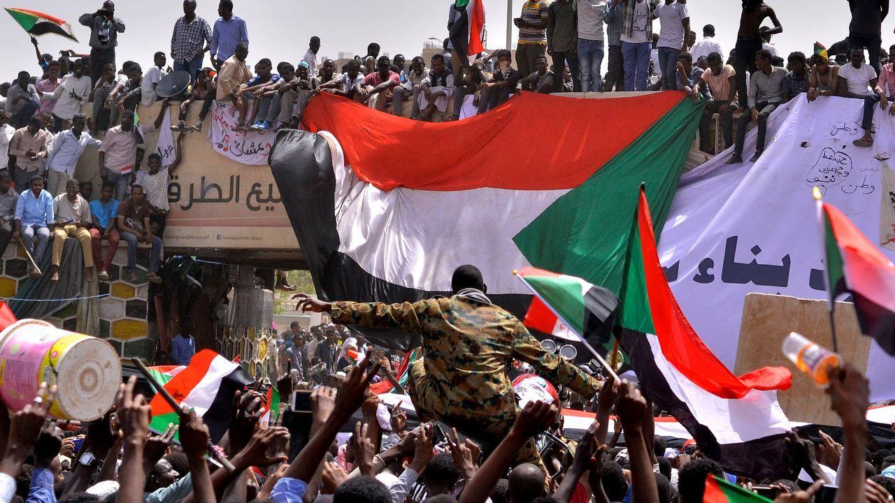 Mariano Rajoy (PP).Los manifestantes llevan a hombros a un militar tras conocer el derrocamiento de Omar al Bashir