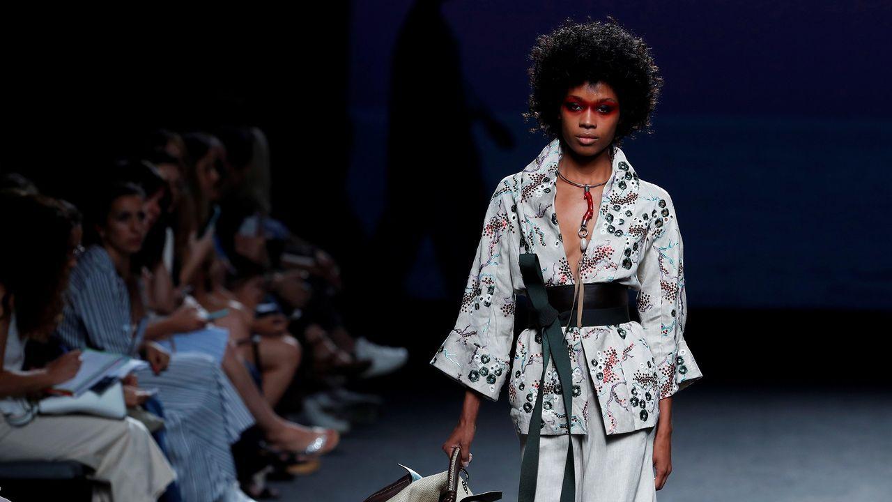 Una modelo luce una creación de Marcos Luengo para la primavera/verano 2019, durante la última jornada de la 68 edición de la pasarela Mercedes-Benz Fashion Week