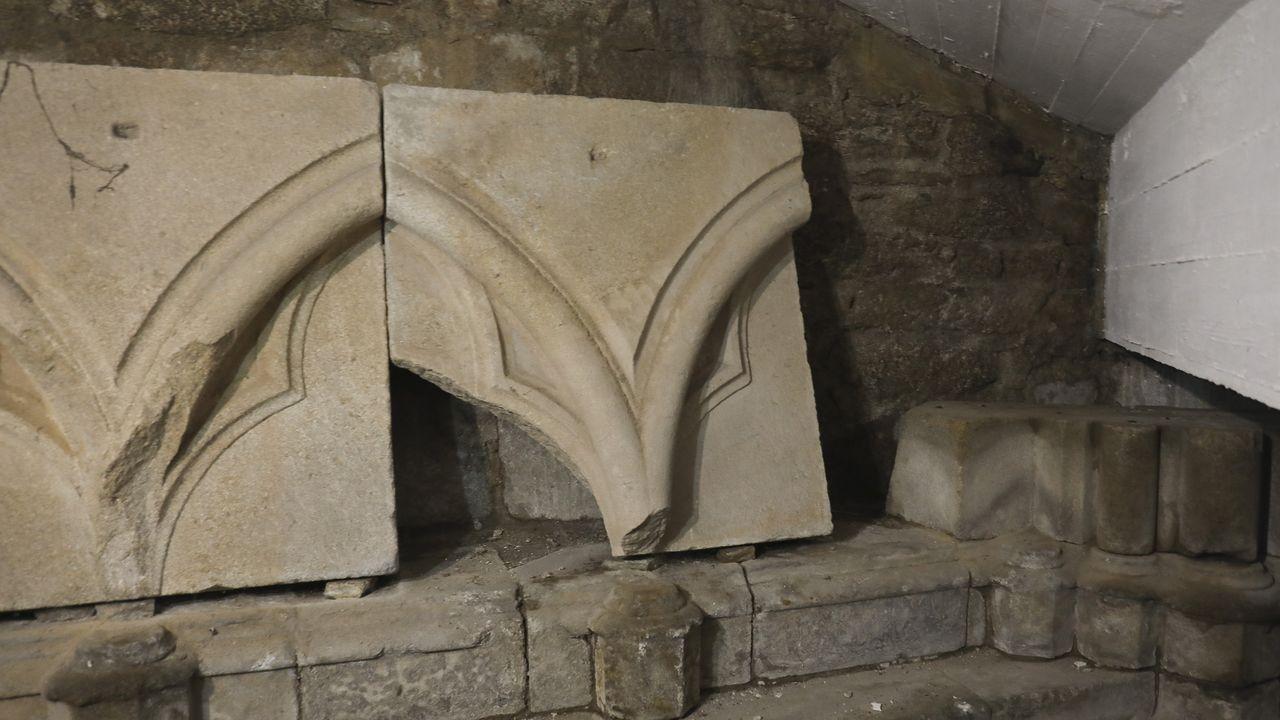 Pero en realidad, bajo la escalinata están los restos de una catedral gótica que nunca se terminó