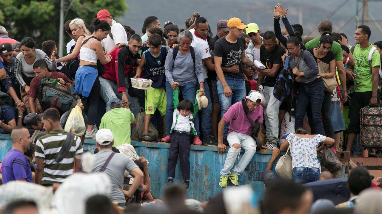 Así fue el momento en el que un tanque atropella a civiles en Venezuela.Un grupo de venezolanos, en la frontera entre Colombia y Venezuela