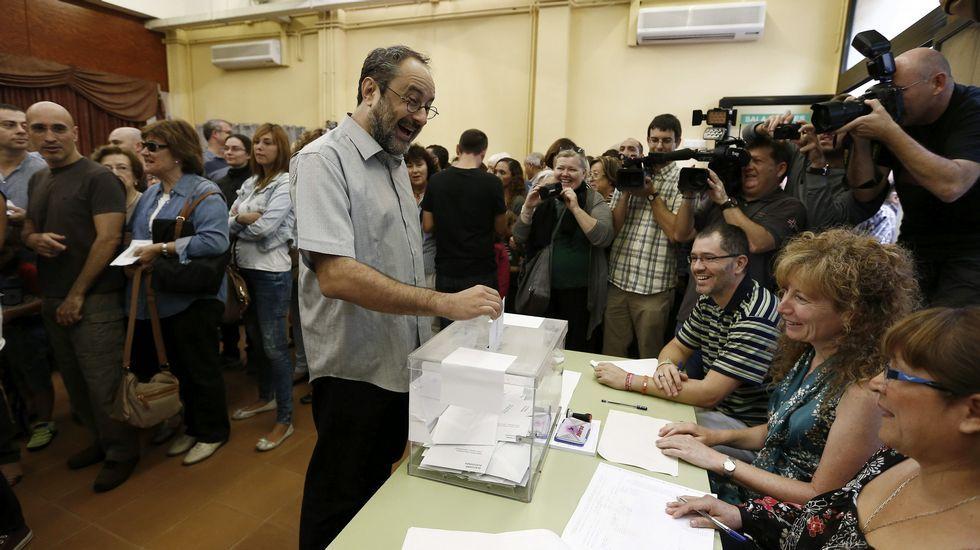 El candidato de la CUP a la presidencia de la Generalitat, Antonio Baños, vota en la Escuela Timbaler del Bruc (Barcelona)