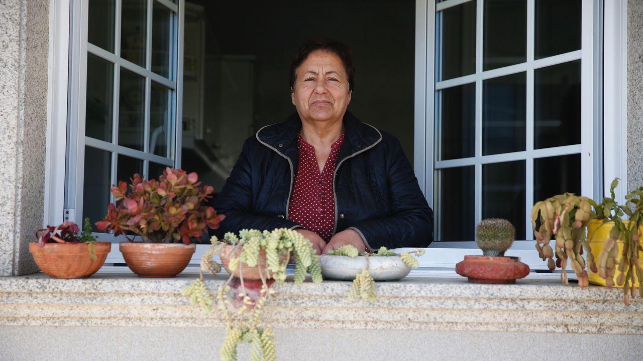 , 04/04/2020.- Familias de venezolanos son desinfectados en el municipio de Los Patios, en el departamento de Norte de Santander (Colombia), antes de ser deportados a Venezuela.