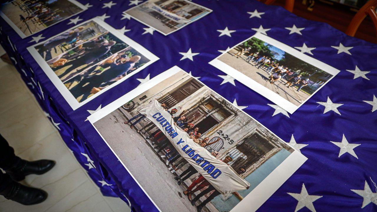 Llega la segunda dosis de la vacuna contra el coronavirus a Vigo. Fotografías de manifestaciones sobre la represión cubana desplegadas sobre una mesa durante una conferencia de prensa del exilio cubano, en Miami