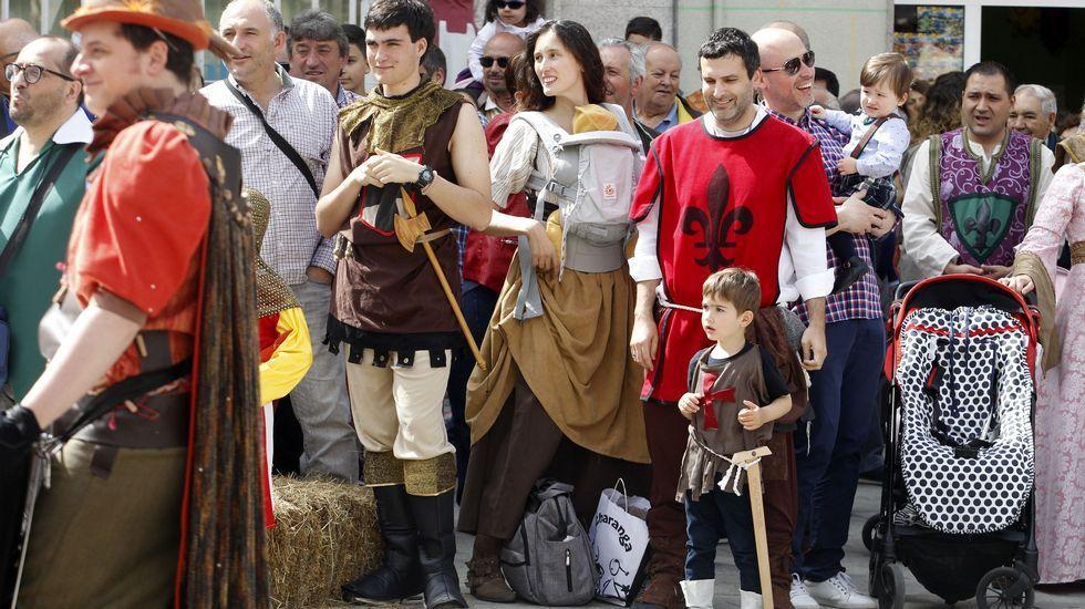 Público en uno de los primeros espectáculos de animación callejera de este sábado en la Feira Medieval de Monforte