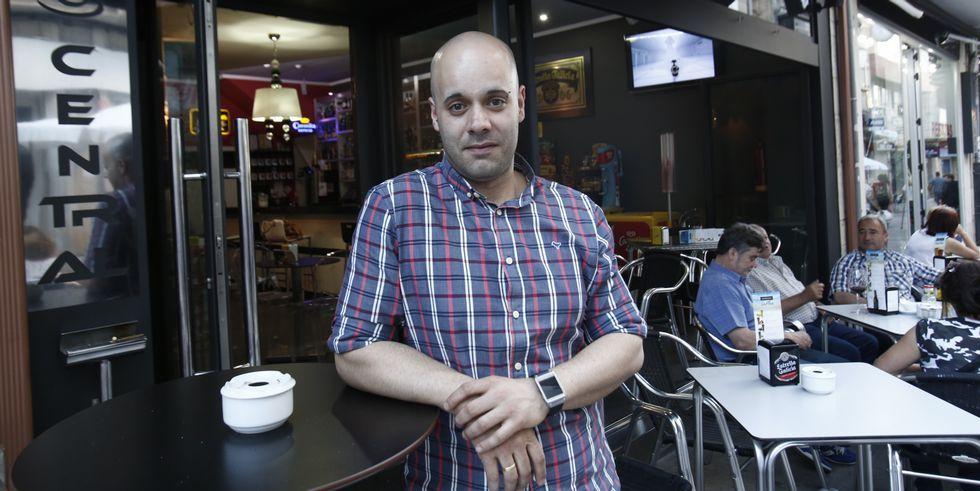 Iván Canosa regenta la cafetería Central de O Carballiño.