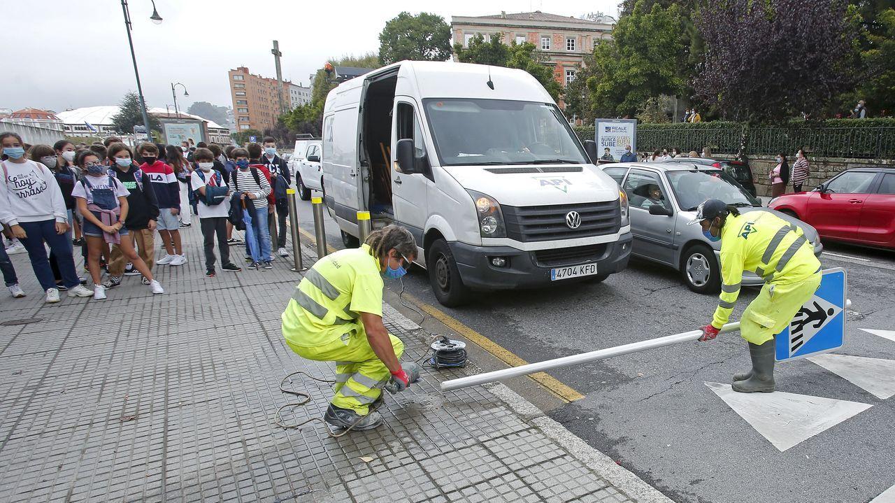Las imágenes del amistoso entre el Arousa y el Celta B.Varios transeúntes por la calle Uría de Oviedo, con la mascarilla puesta