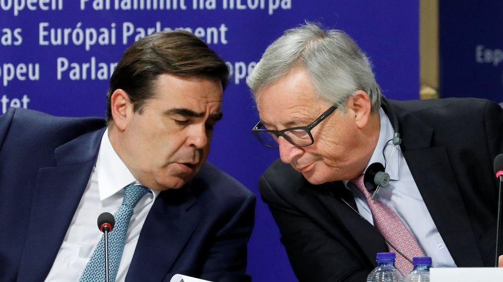 Jean-Claude Juncker y Margaritis Schinas, presidente y portavoz de la Comisión Europea