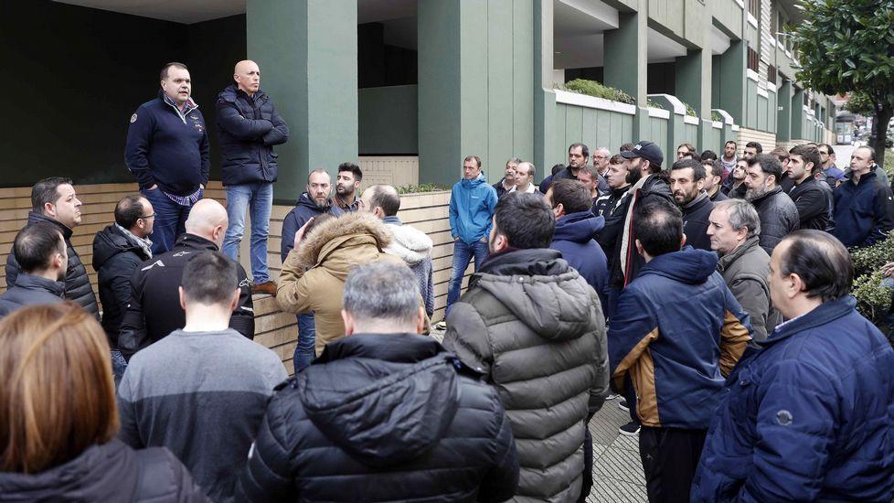 Los secretarios generales del SOMA-FITAG-UGT y CCOO en Hunosa, José Luis Alperi y Rubén García, se dirigen a los mineros concentrados en las oficinas centrales de Hunosa en Oviedo