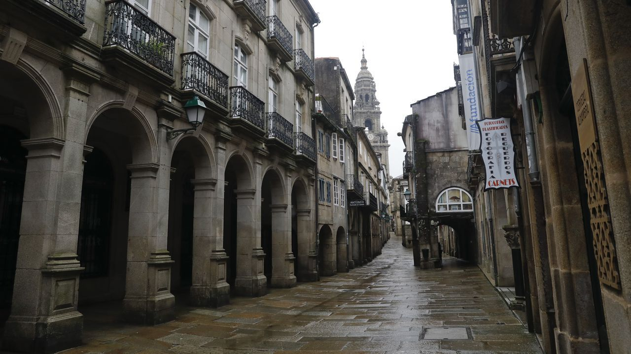 La Rúa do Vilar, en pleno corazón de la zona monumental compostelana, completamente desierta por las nuevas restricciones anticovid