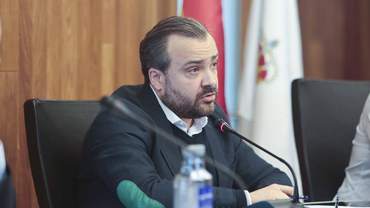España mantendrá su huso horario actual y cambio de hora estacional.El dirigente de Vox Ortega Smith se zambulle frente al Peñón de Gibraltar ondeando una bandera de España