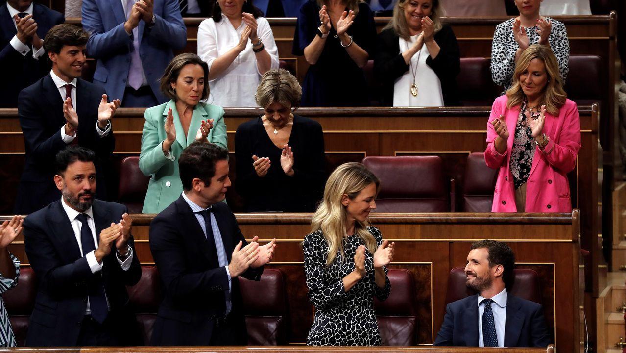 Pablo Casado es aplaudido por su grupo parlamentario tras su intervención