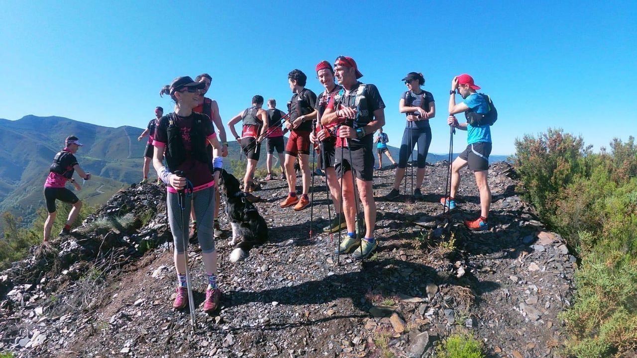 Aficionados al turismo de montaña en O Courel