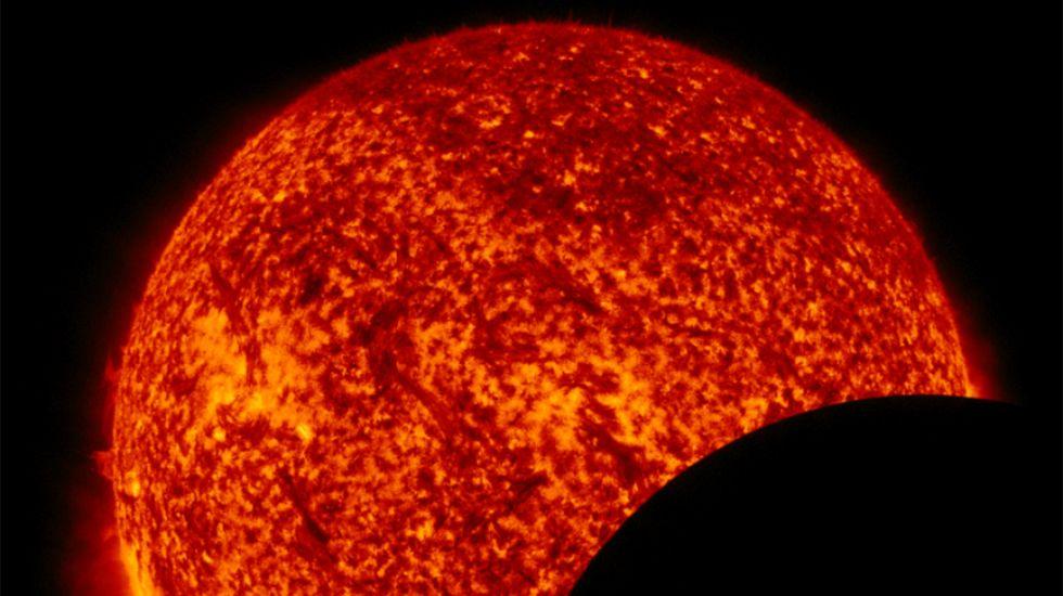 Un eclipse solar parcial, desde el espacio