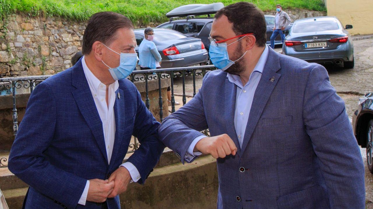 El presidente del Principado, Adrián Barbón (d), saluda al alcalde de Oviedo, Alfredo Canteli