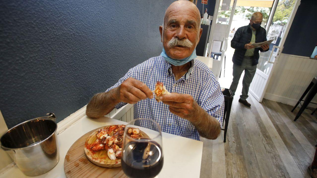 Paco, a sus 89 años, cumplió con la tradición de ir a comer el pulpo