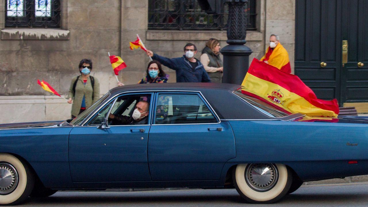 Vecinos de la Plaza de San Miguel, en Oviedo, protestan desde las aceras y balcones contra el Gobierno por su gestión en la crisis del coronavirus.