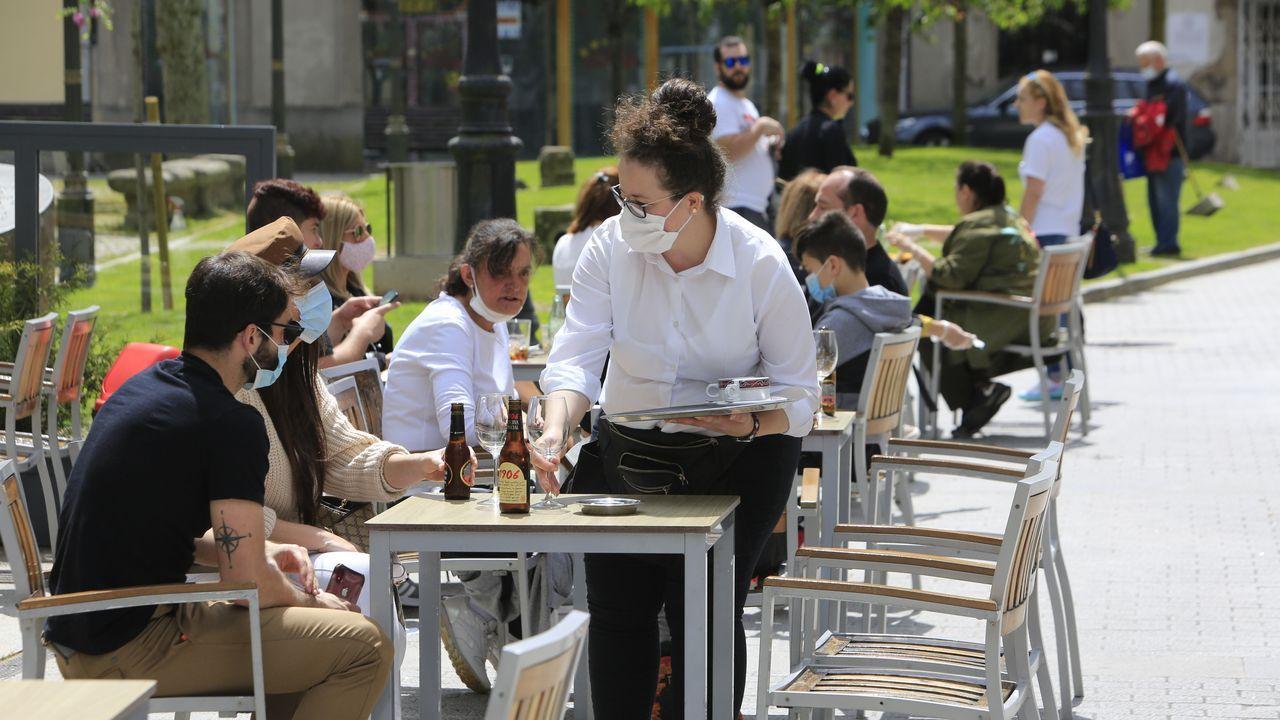 Varias mesas ocupadas en una terraza del centro de Lugo