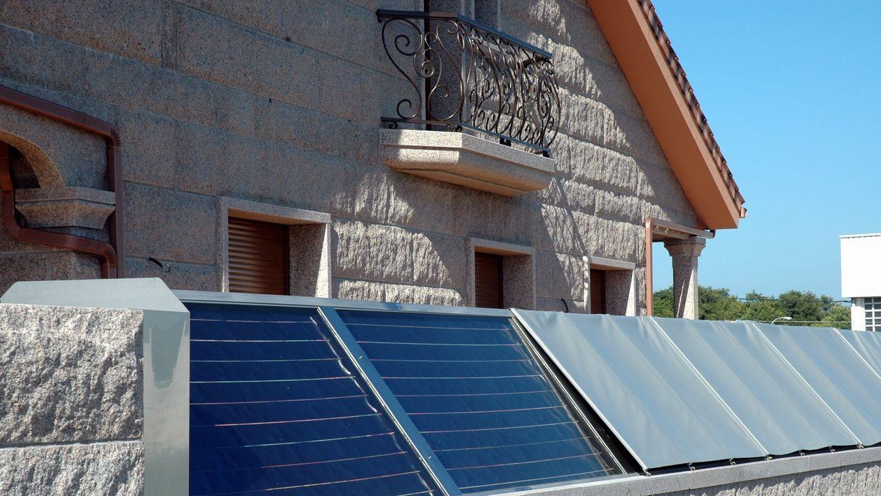 Paneles fotovoltaicos en el exterior de una vivienda unifamiliar