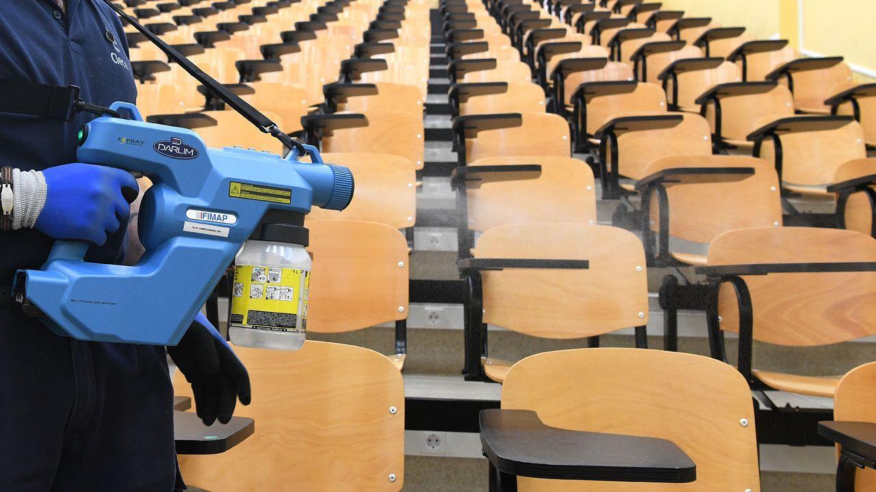 Desinfección de un aula de la facultad de económicas de Santiago este jueves