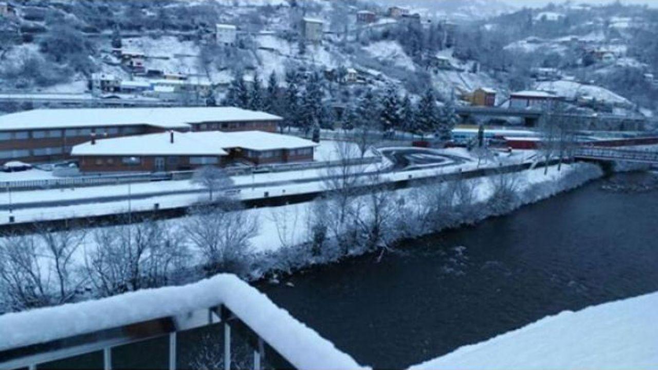 Nieve en Oviedo.El río Nalón a su paso por Sama de Langreo