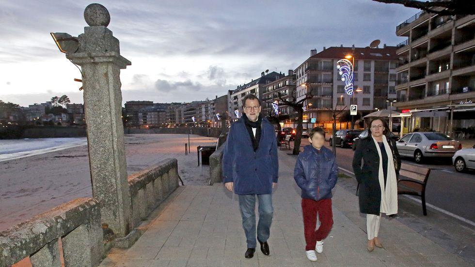 Rajoy y su familia dando un paseo por Silgar, en pleno centro urbano de Sanxenxo