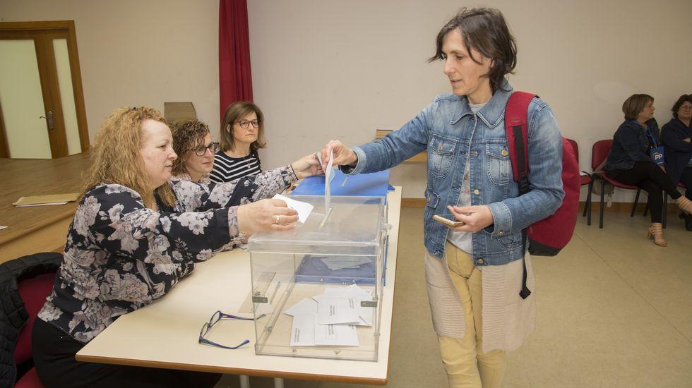 Votaciones en una de las mesas de Carballo